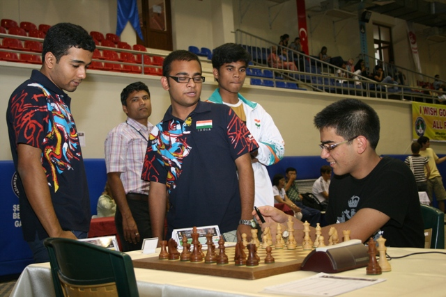 Parimarjan Negi (sitting) chats with fellow GM, Abhijeet Gupta. Photo by Turkish Chess Federation.